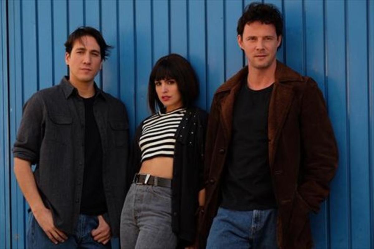 Alberto Ammann, Verónica Echegui y Eloy Azorín, protagonistas de la serie de Atresmedia 'Apaches'.
