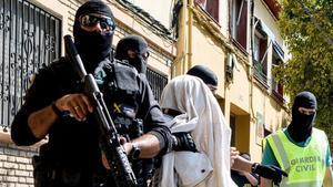 La Guardia Civil traslada a uno de los yihadistas detenidos en Mataró.