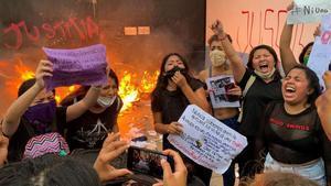 La policia mexicana reprimeix amb foc real una protesta feminista