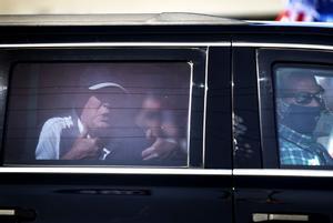 Trump saluda a unos simpatizantes desde su coche, el pasado 15 de febrero en Palm Beach.