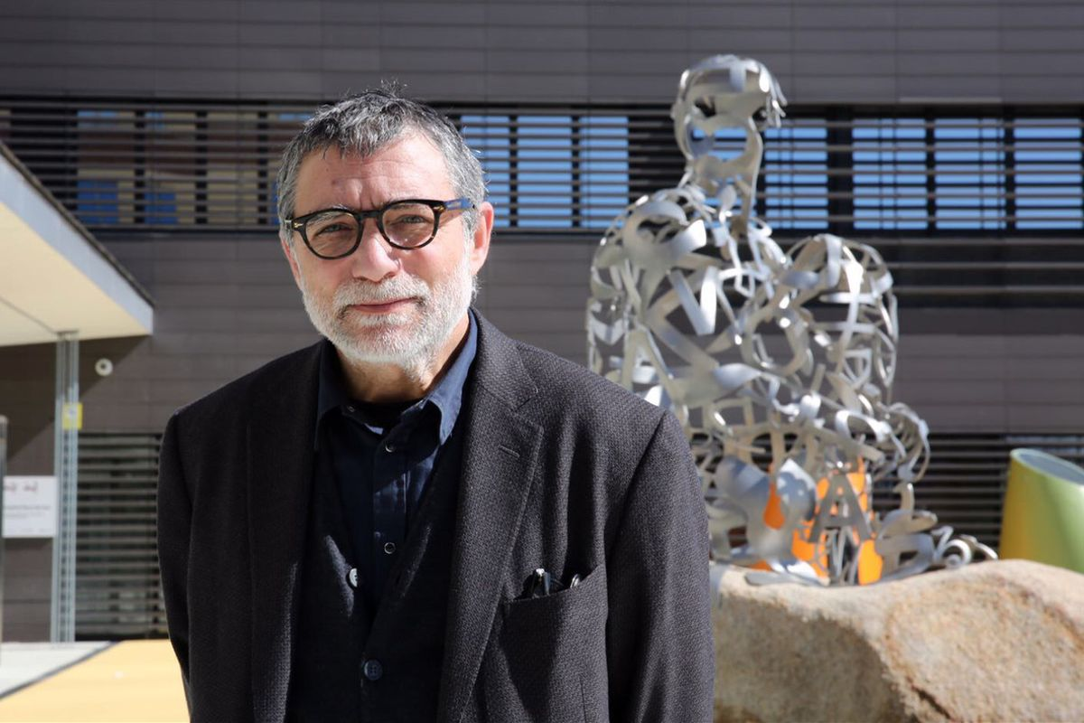 Jaume Plena con la escultura 'Ànima' en la entrada del Hospital Sant Joan de Déu.