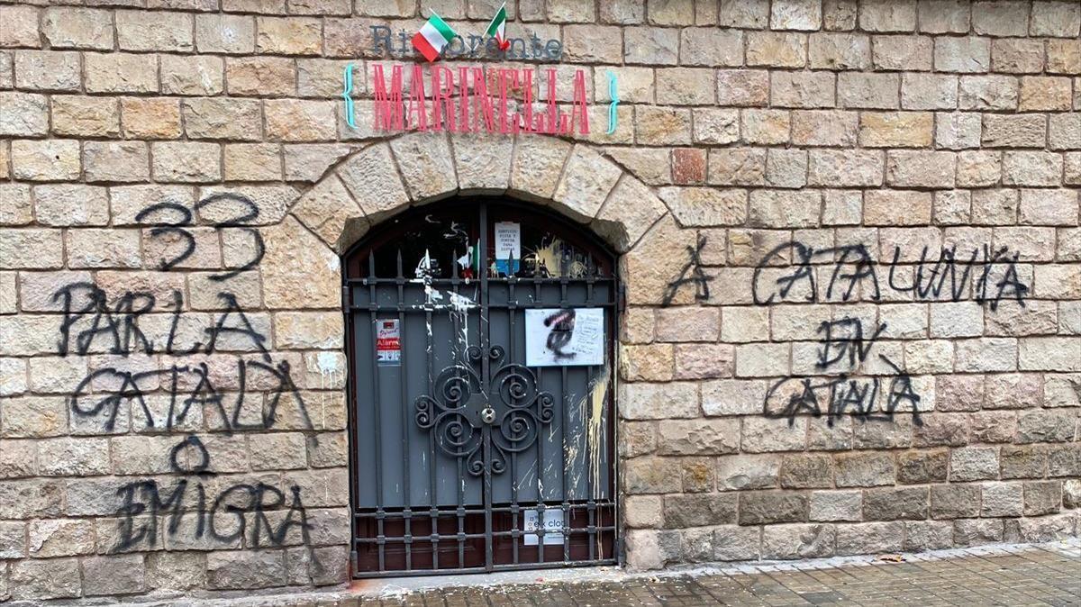 Pintadas y acoso contra una pizzeria de Barcelona por atender en espanol  restaurante Marinella