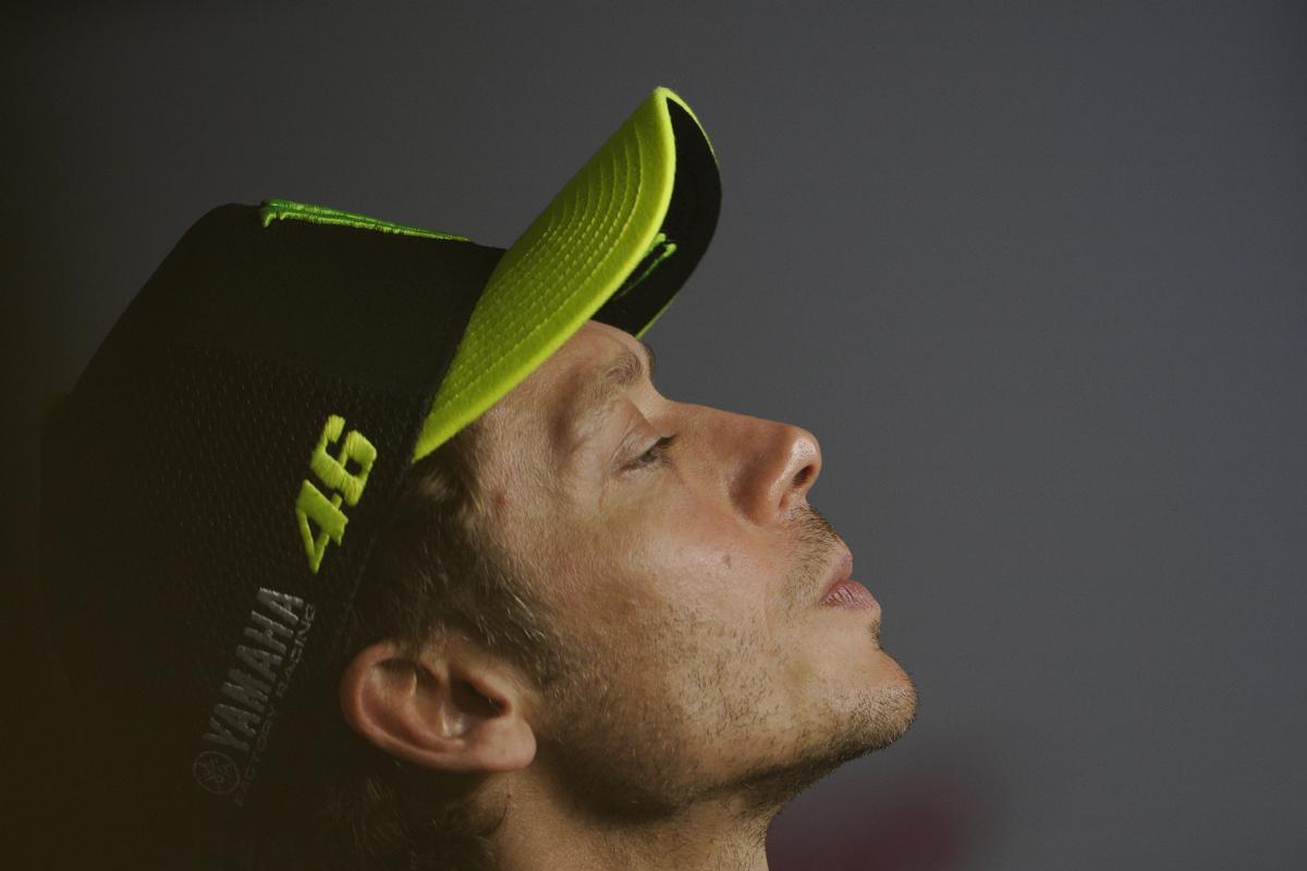 Valentino Rossi medita, hoy, durante la conferencia de prensa, en Austria, donde anunció que, a final de temporada, dejará de correr en moto.