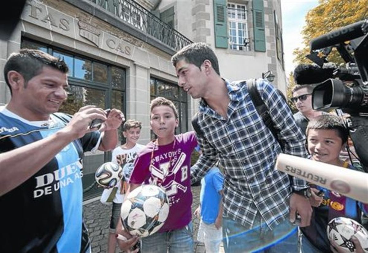 Suárez atiende a unos aficionados el pasado día 8 en Lausana, cuando compareció a declarar ante el TAS.