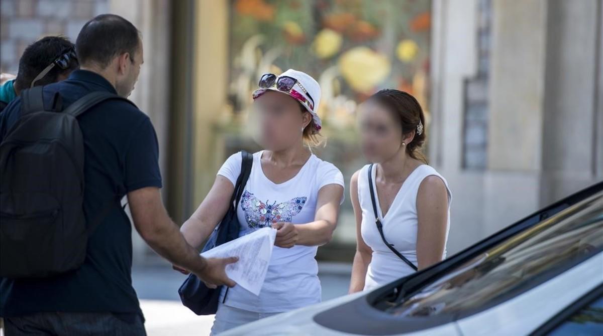 Una pareja de carteristas multireincidentes, procedentes de Bulgaria, son identificadas por agentes de paisano de los Mossos en Passeig de Gràcia esta semana.