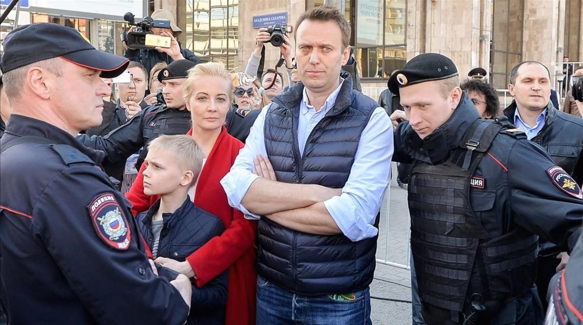 Alexéi Navalni con su mujerYulia y su hijoZahar en una protesta el pasado mes de mayo en Moscú.