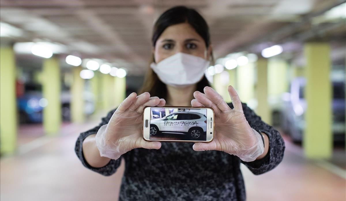 La ginecóloga Silvana Bonino muestra una foto con la pintada amenazante que le pintaron en su coche.