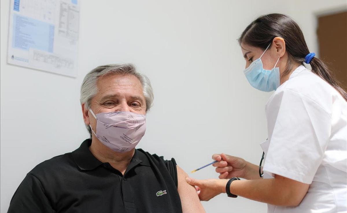 El presidente argentino, Alberto Fernández, positivo por covid pese a haberse vacunado (momento que recoge la foto).