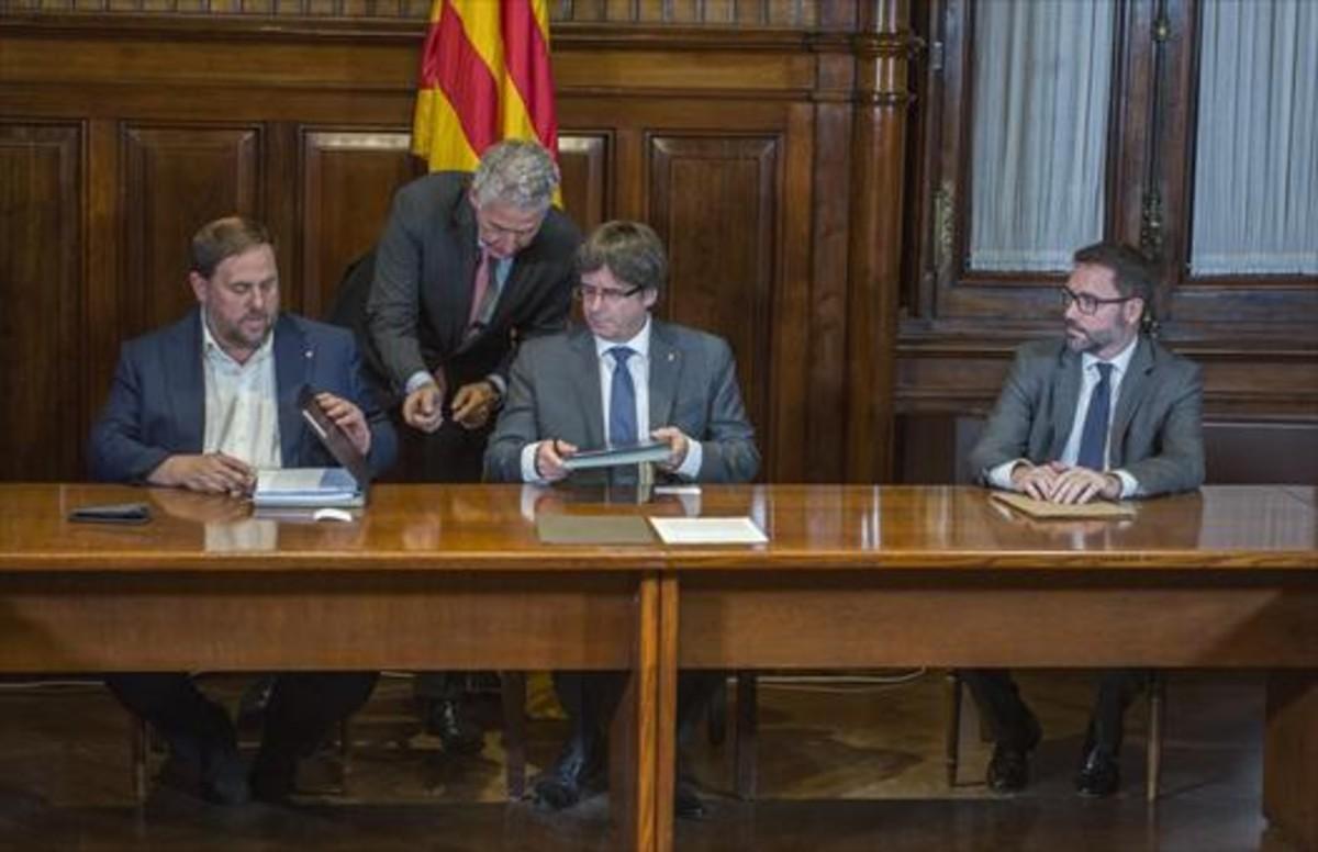 Oriol Junqueras y Carles Puigdemont firman el decreto de convocatoria del referéndum.