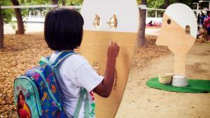 Una niña realiza una actividad en un 'casal' de verano.