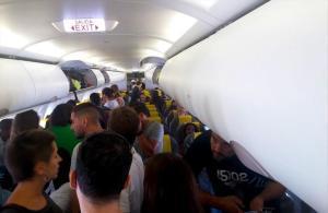 Passatgers d'un avió a Dakar s'amotinen al Prat per impedir una deportació