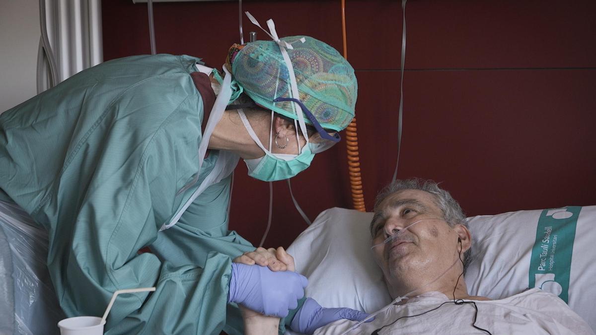 La enfermera Sílvia y el paciente César en 'Vitals'.