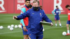 Koeman dirige al Barça en un entrenamiento en la ciudad deportiva de Sant Joan Despí.