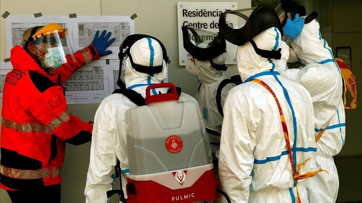 Bomberos de Barcelona trabajan en la desinfeccion de la residencia geriátrica Alchemika de Barcelona, el pasado día 8.