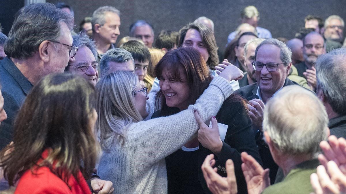 La diputada de Junts per Catalunya, Laura Borràs, recibe la felicitación de su equipo.