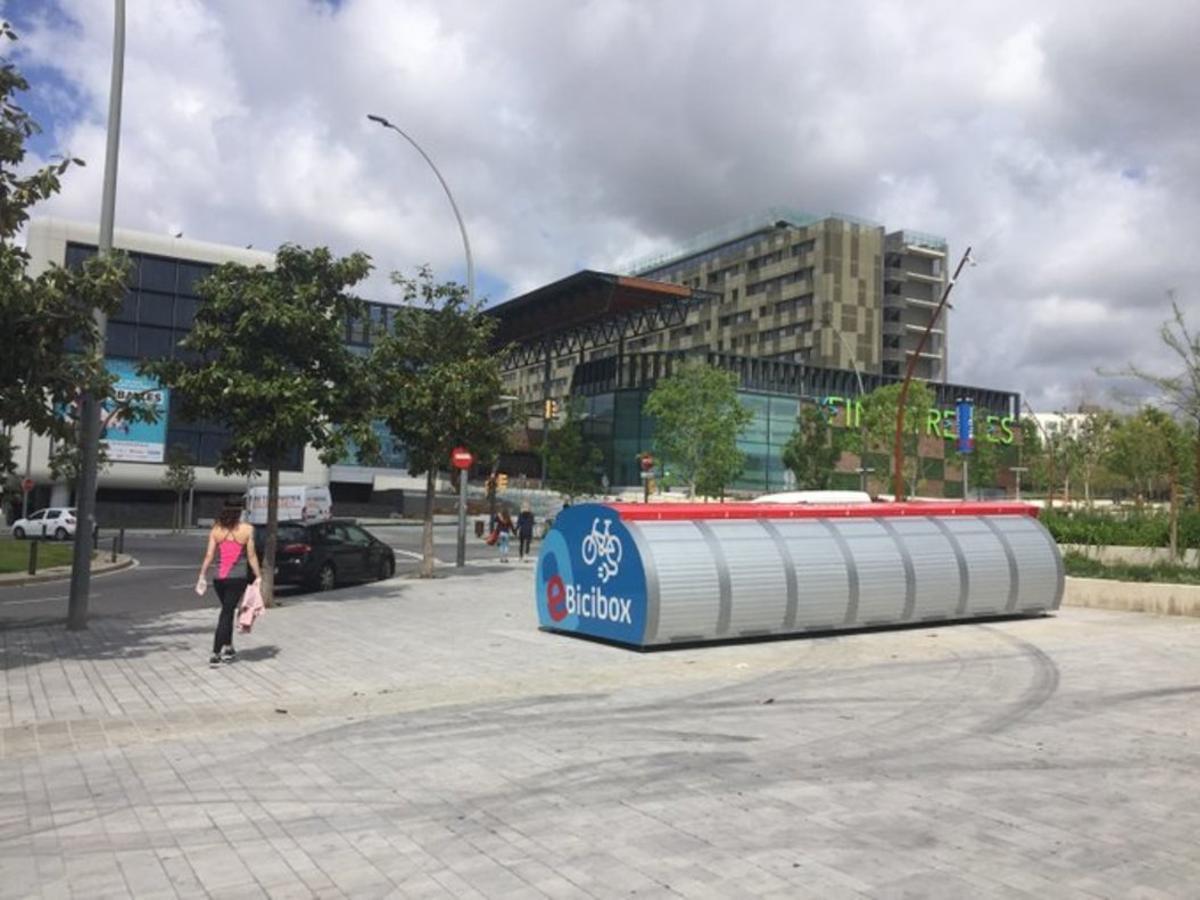 Estación de e-Bicibox frente al Finestrelles Shopping Center de Esplugues