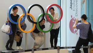 Los aros olímpicos en la terminal del aeropuerto de Tokyo.