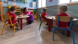 Els pediatres proposen que els nens no utilitzin mascareta a classe si la distància és d'1,5 metres
