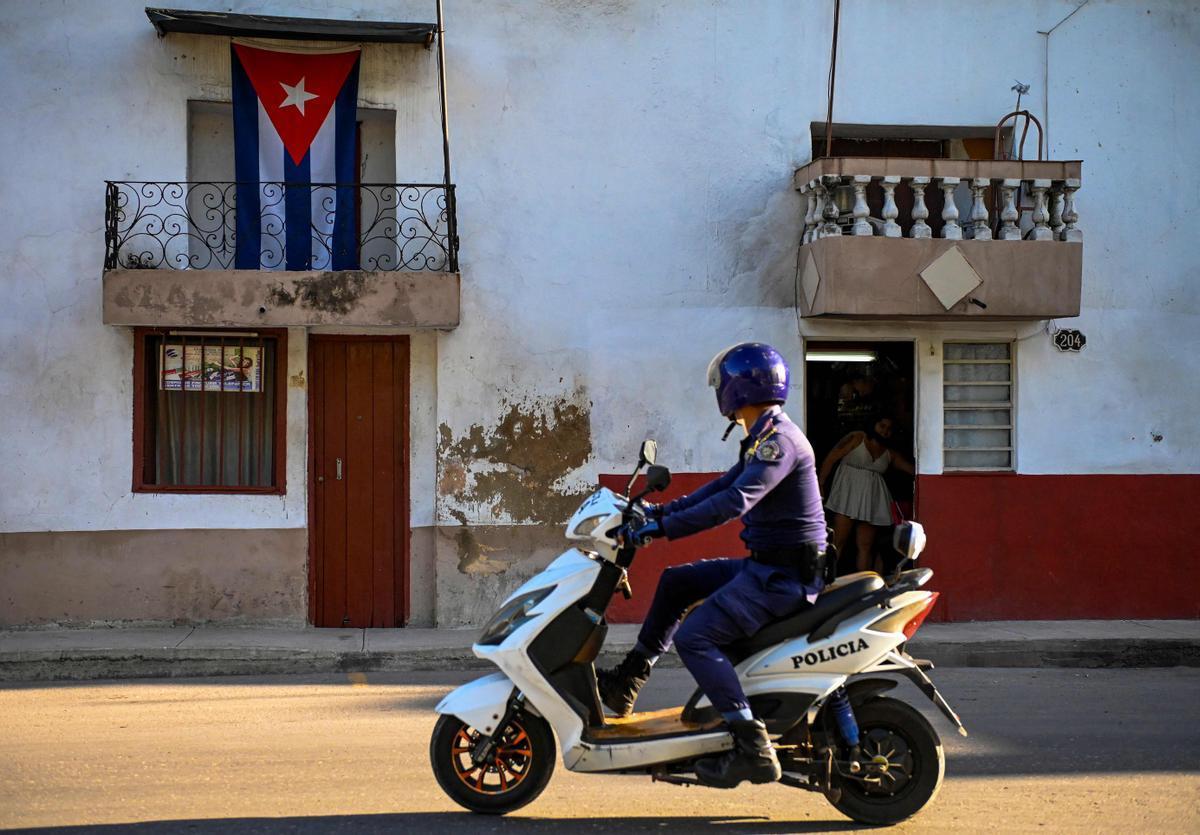 Un policía patrulla por una calle de La Habana.