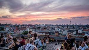 El Klunkerkranich ofrece comida, música en directo, mucha cerveza y vistas al atardecer.