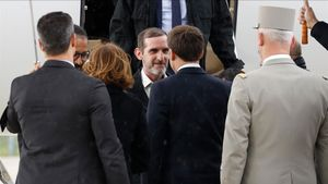 Macron recibe a los rehenes franceses en el aeropuerto de Villacoublay, cerca de París.