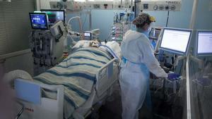 España reduce en 1.918 la cifra total de muertos por coronavirus. En la foto, un paciente en la UCI del Parc de Salut Mar del Hospital del Mar, en Barcelona.