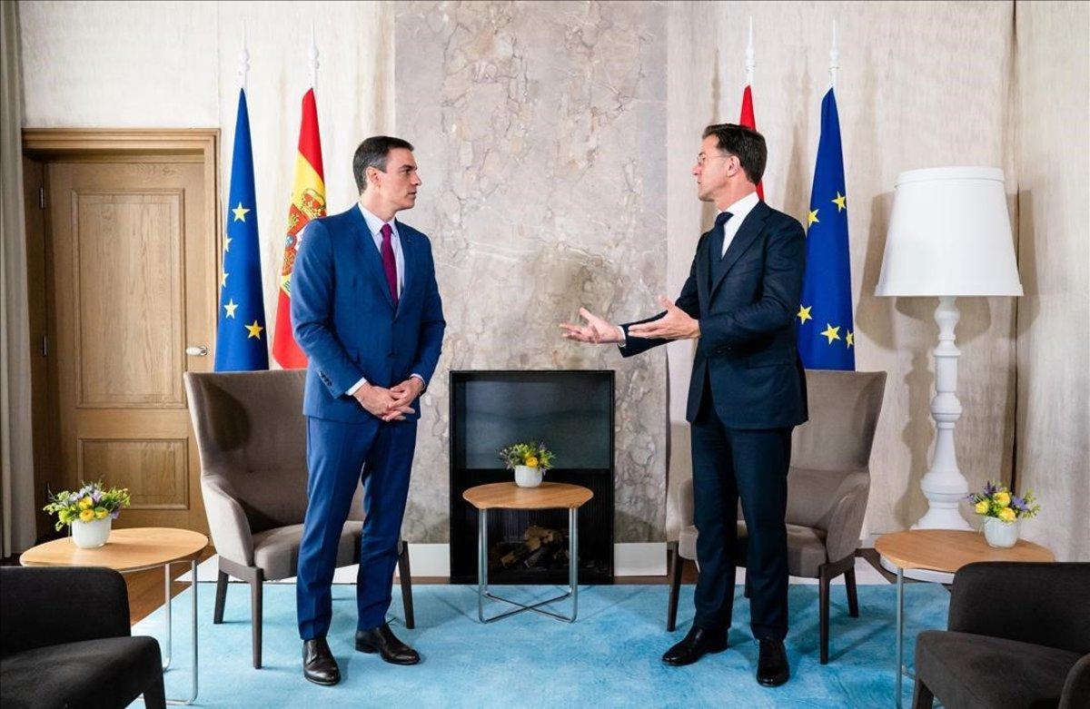 Pedro Sánchez, junto al primer ministro holandés, Mark Rutte, este lunes en La Haya.