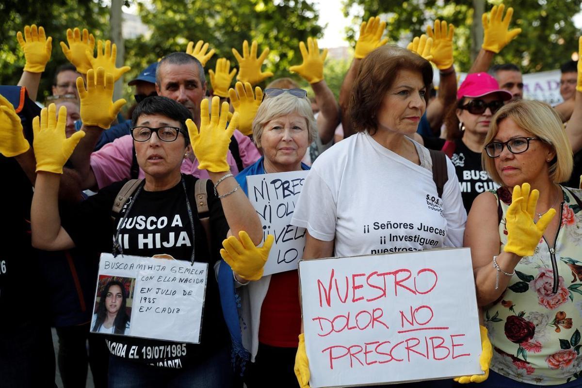 Víctimas de la trama de 'bebés robados' se han concentrado ante la Audiencia Provincial de Madrid en protesta contra el acusado Dr. Vela, quienno cumplirá condenapor haber prescrito el delito, según el Juez.