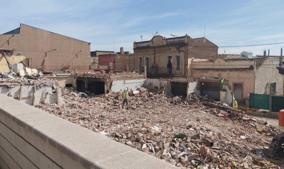 Derribados tres edificios del barrio de la Barceloneta de Gavà