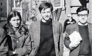 Los estudiantes universitarios Lola González, Enrique Ruano (muerto a manos de la polícia en 1969) y Francisco Javier Sahuquillo, en una foto de finales de los años 60. Foto incluida en el libro 'A finales de enero' (Tusquets)