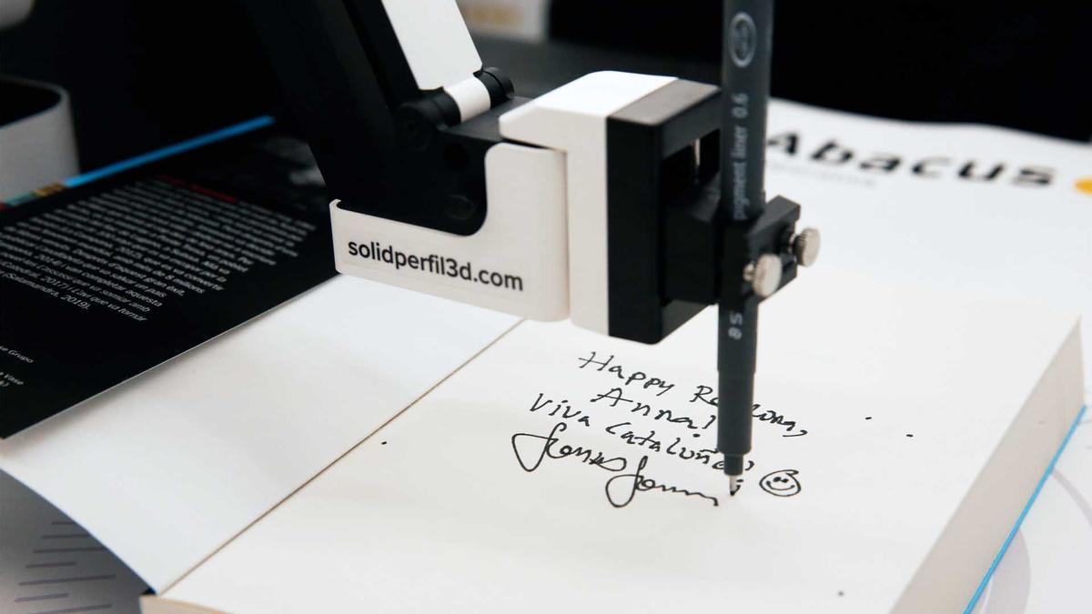 Este robot también firma libros por Sant Jordi.