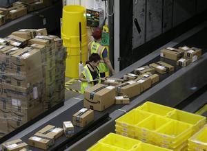 Paquetes de Amazon en un almacén.