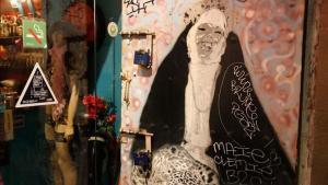 Ni Miguel Ángel: cientos de detalles decoran el local. Es la Capilla Sixtina barcelonesa, pero con más pluma.
