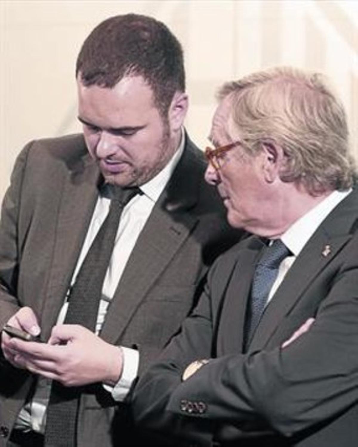 'Community manager'. El alcalde de Barcelona, Xavier Trias, junto a su director de comunicación digital, Xavier Tomàs, en el ayuntamiento.