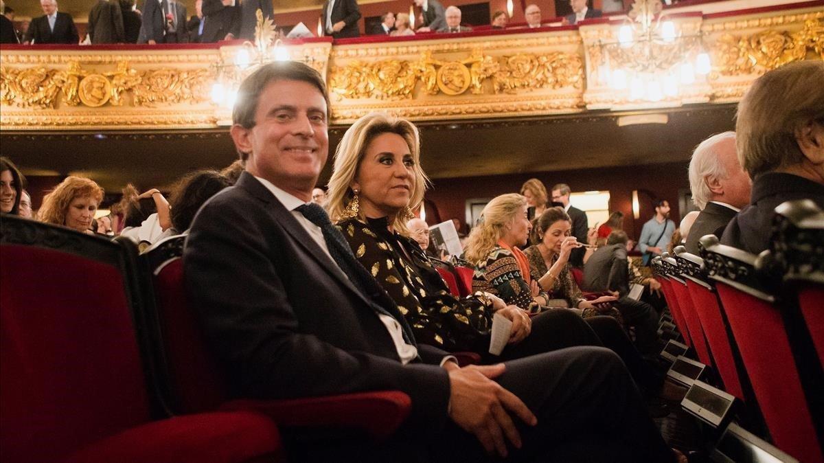 El candidato a la alcaldia de Barcelona y exprimer ministro frances Manuel Valls, junto a su pareja Susana Gallardo, en la apretura de temporada del Liceu.
