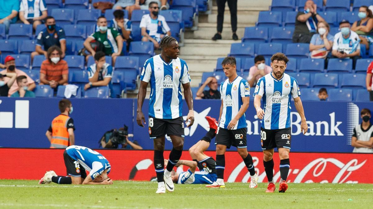 Los jugadores del Espanyol lamentan la derrota tras el gol de Lemar, este domingo en Cornellà.