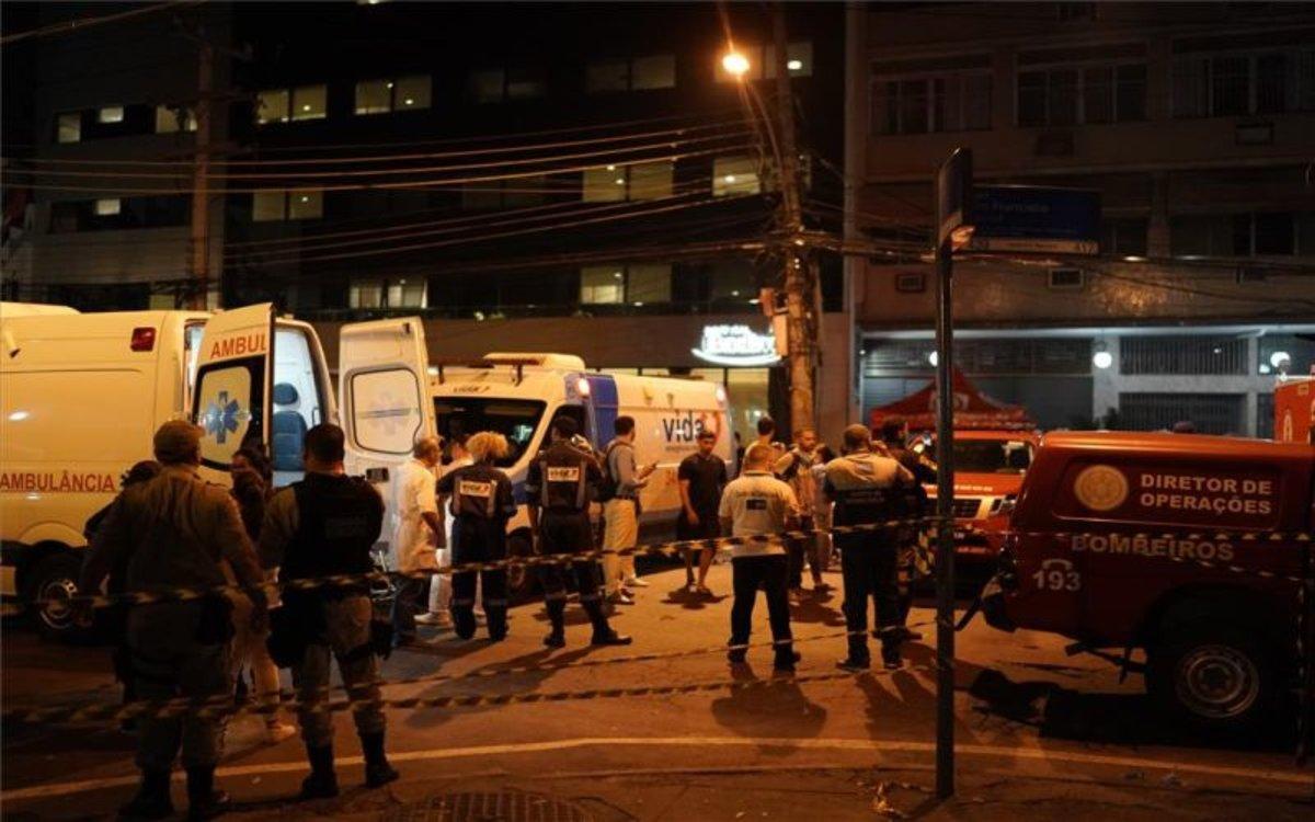 Bomberos atienden el fuego en el hospitalBadim en Río de Janeiro, Brasil.