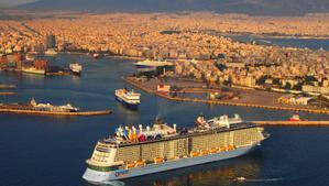 Un crucero llega al puerto de Atenas.