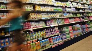 Lineal de refrescos en una superficie comercial.