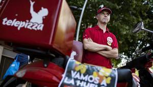 Manuel Lora, repartidor de Telepizza y delegado de UGT, explica sus motivos para ir a la huelga este sábado en Barcelona.