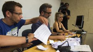 Recuento de los votos de los vigilantes de Eulen en El Prat, que han decidido mantener la huelga.