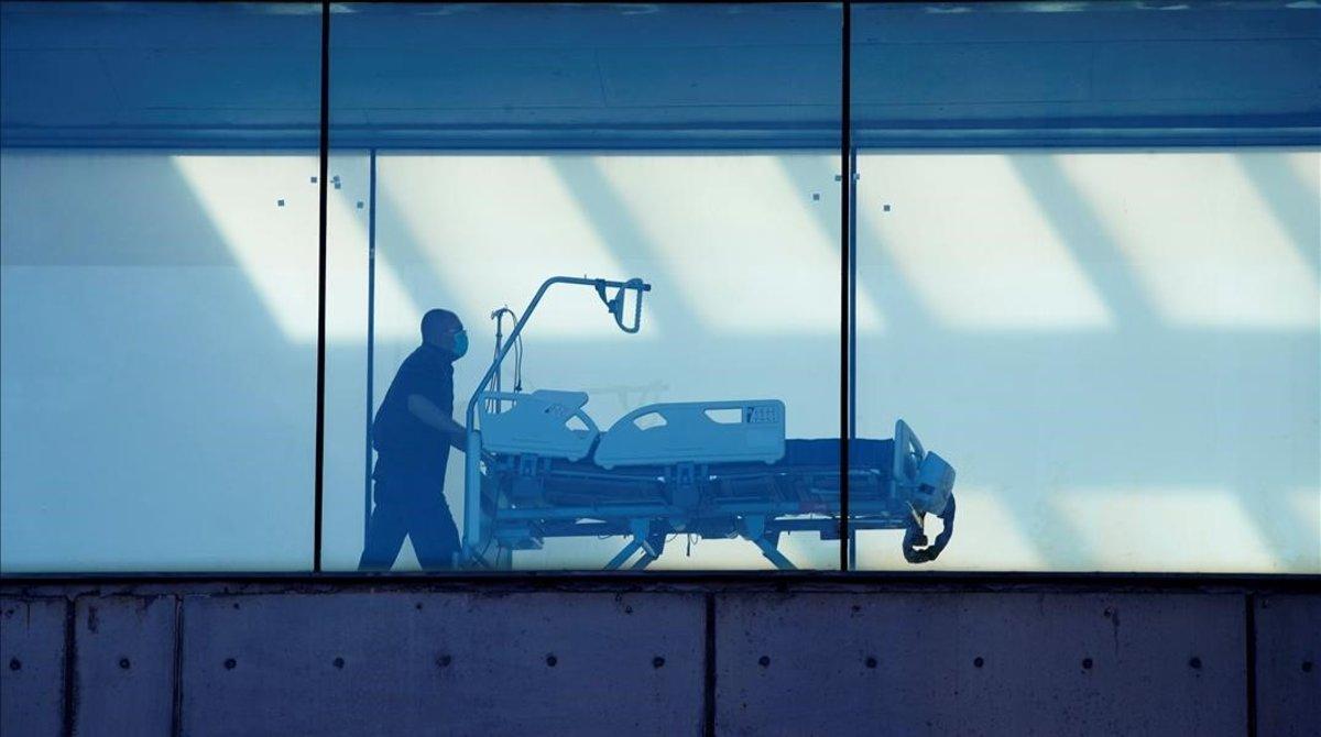 Un celador transporta una camilla en el hospital de Bellvitge de Barcelona.