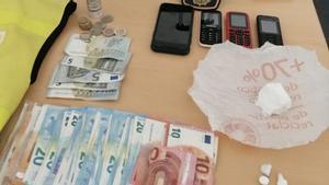 Dinero, droga y móviles intervenidos al narco-lotero.