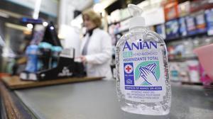 Gel desinfectante de manos en una drogueria del Eixample