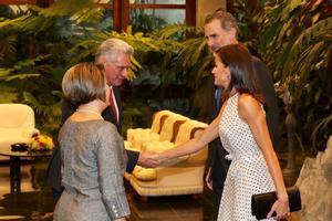 Los reyes de España son recibidos por el presidente de Cuba y su esposa.