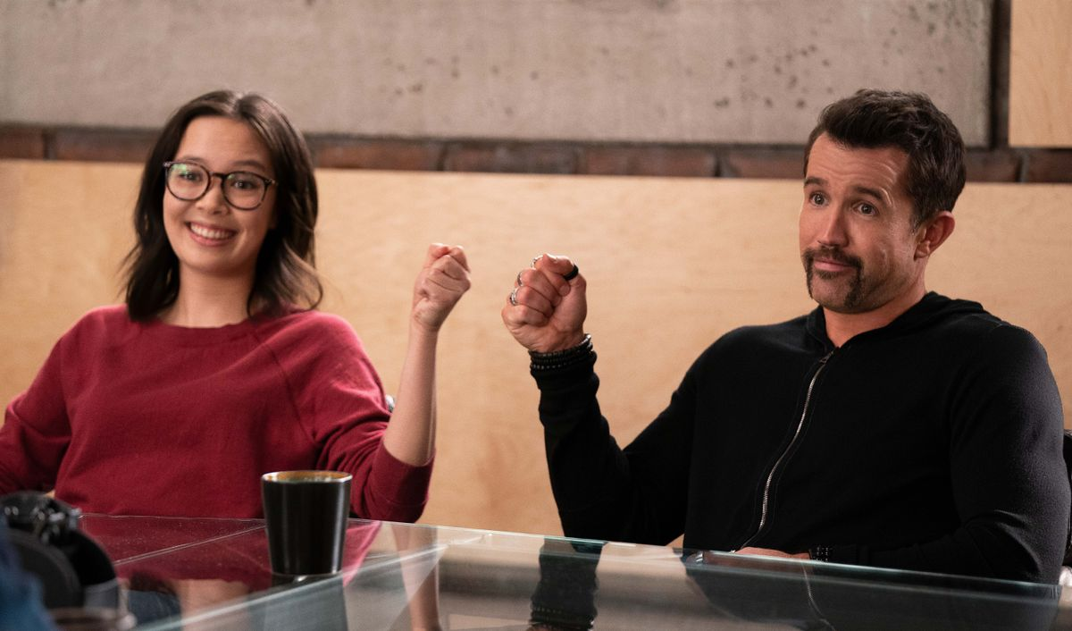 Charlotte Nicdao y Rob McElhenney en la segunda temporada de 'Mythic Quest'.