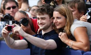 El actor Daniel Radcliffe, el pasado día 10 en el festival de Deauville, con una fan.