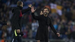 Quique Sánchez Flores choca la mano con Pau López tras ganar el derbi.
