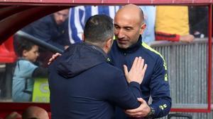 Abelardo saluda a Diego Martínez antes del inicio del partido.