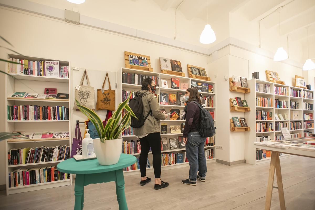 Interior de la librería Llavors, de L'Hospitalet.